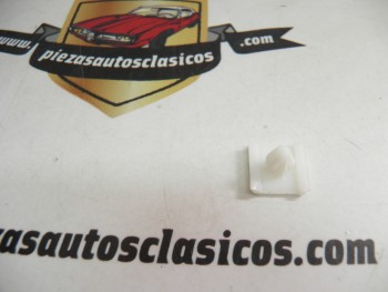 Grapa  central de moldura   Renault  5